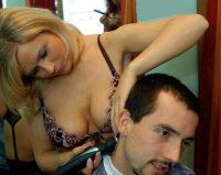 Primo salone con parrucchiere nude!