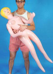 Ama la sua bambola gonfiabile, la buca per sbaglio e uccide il coinquilino