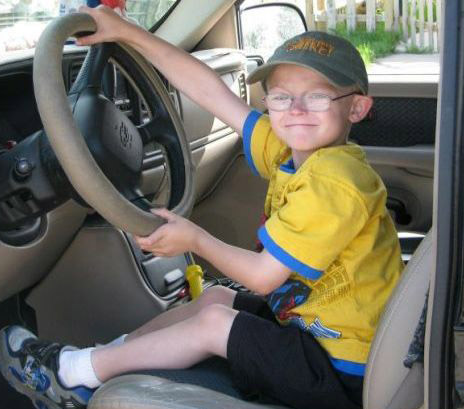 Bambino di 7 anni ruba un'auto per scappare dalla messa