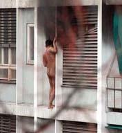 Basilea: il bordello va a fuoco, uomo nudo scappa dal cornicione