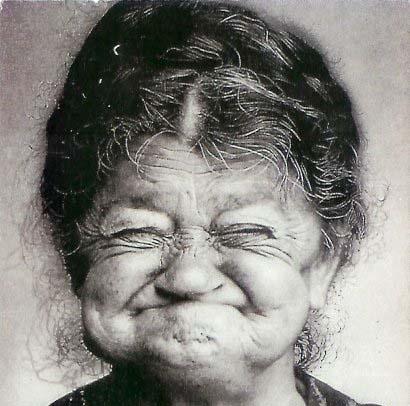 """Maniaco le mostra il """"pacco"""": nonna di 83 anni gli da fuoco"""